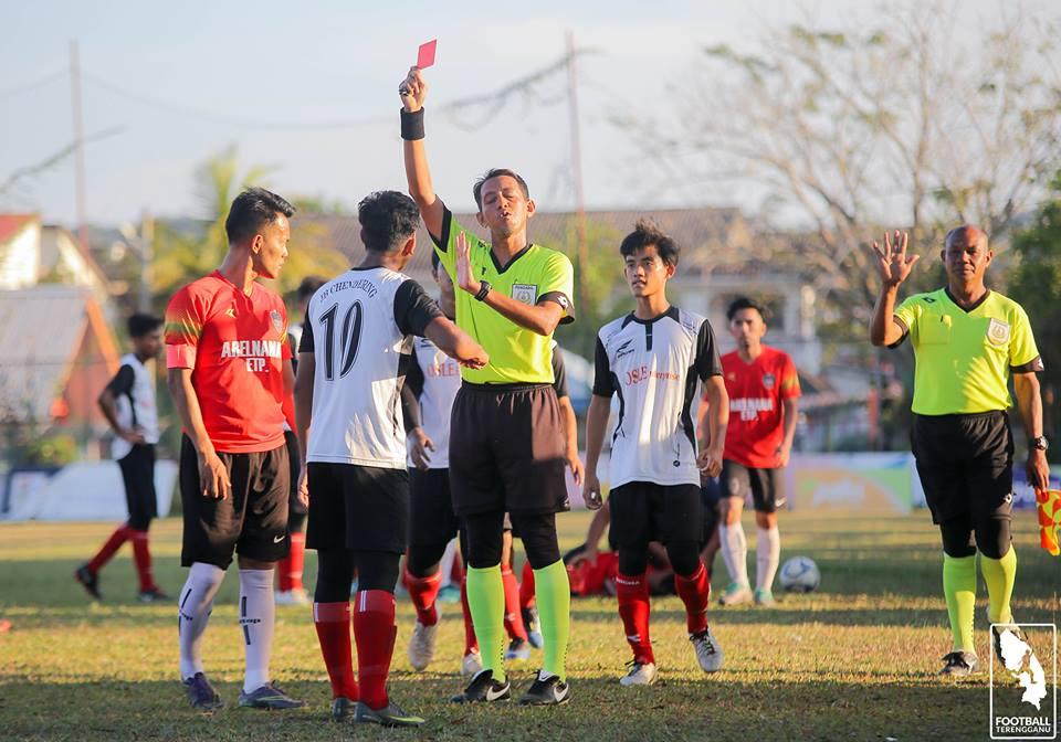 Pemain Jaya Bakti Chendering FC berjersi nombor 10; Muhammad Nazrul Hakim bin Azmi meraih kad merah kejohanan pertama dalam perlawanan pertama pasukan ini sewaktu menentang Tanjong Shahbandar FC di padang Raja Permin Arena, Chendering. Kredit Foto - Facebook.com/LigaKT