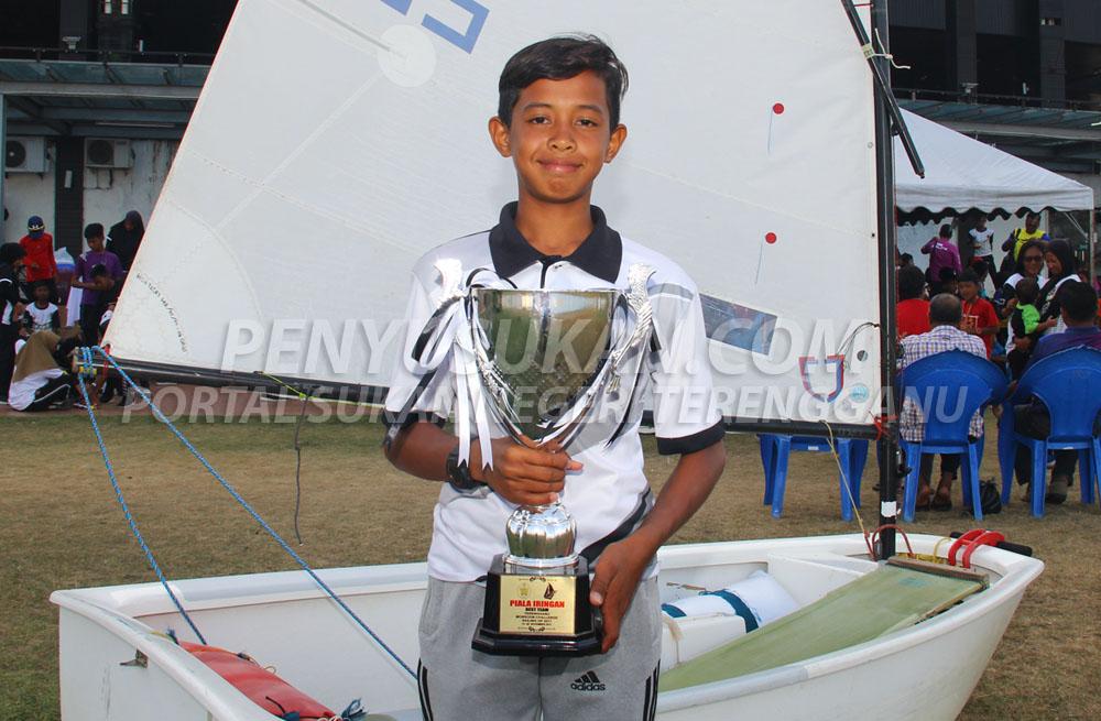 Muhammad Faizzudin bin Mohd Fauzi berusia 16 tahun dinobatkan sebagai 'Pelayar Terbaik Kejohanan' bagi Kejohanan Liga Layar Terengganu LLT-TSDP Siri 3 2019 yang telah berlansung pada 28 sehingga 3 Mac 2019 bertempat di Duyong Marina Resorts, Pulau Duyong, Kuala Terengganu. Kredit Foto - PenyuSukan.com