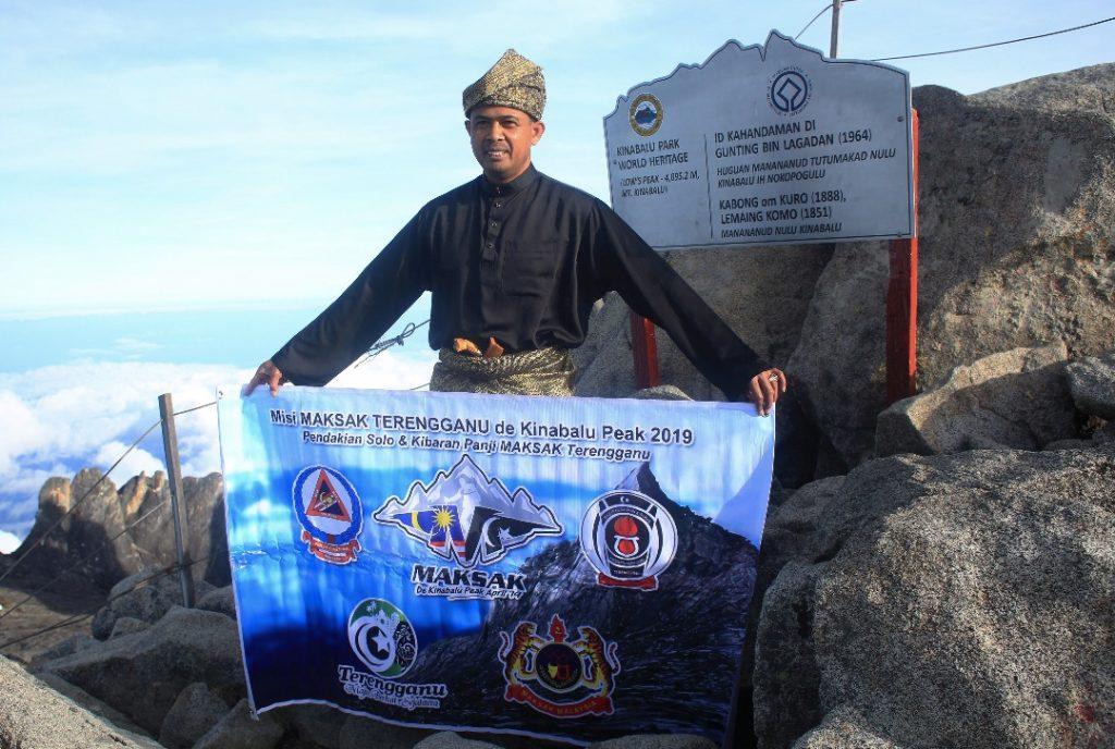 Lt. Kol (PA) Che Adam A. Rahman berjaya menggalas misi sulung MAKSAK Solo De Kinabalu 2019 untuk tiba di puncak Gunung Kinabalu tepat jam 0615 pagi pada 12 April 2019. Kredit Foto - Angkatan Pertahanan Awam Malaysia Negeri Terengganu.
