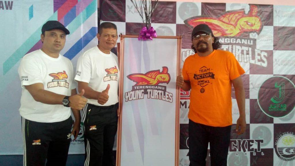 Dari kiri; Ketua jurulatih Terengganu Young Turtles Mohd Futra Abd Ghani, jurulatih Mohd Yusof Chik bersama peminat tegar sukan negeri Terengganu, Rohaizam Ramli. Kredit Foto - Facebook.com/rohaizam.ramli.3