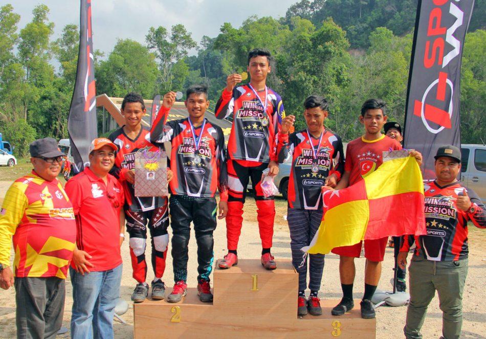 Podium acara lelaki terbuka Kejohanan BMX Majlis Perbandaran Dungun 2018 disapu bersih oleh pasukan Terengganu Hanelang; Juara - Saniy Shahmi, Naib Johan - Ahmad Syazrin dan tempat ke-3 - Ammar Azhar. Kredit Foto - PenyuSukan.com