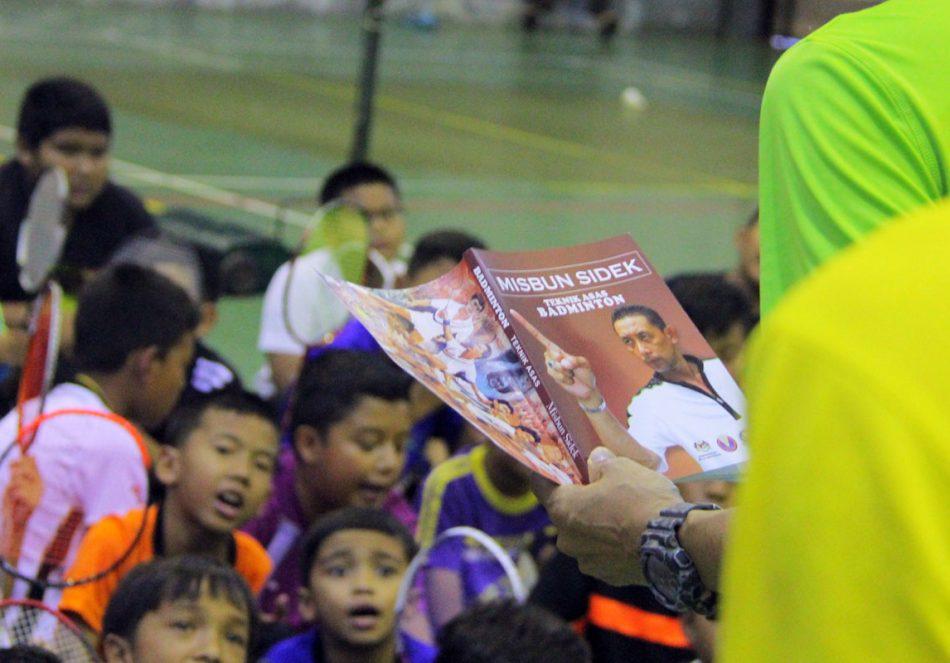 Buku hasil tulisan pemain badminton lagenda negara; Datuk Misbun Sidek berjudul 'Teknik Asas Badminton' menjadi sebahagian daripada modul pembelajaran Kem Bakat Badminton KBS Peringkat Negeri Terengganu 2018. Kredit Foto - PenyuSukan.com