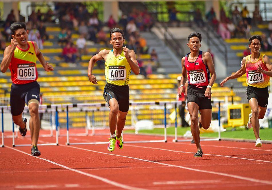 Pelari 400m Berpagar Lelaki Terengganu Hanelang; Ruslem Zikry Putra bin Roseli(dua dari kanan) meraih pingat gangsa di pentas Sukan Malaysia(SUKMA) Perak 2018 edisi ke-19 dengan catatan masa 52.810. Kredit Foto - Sekretariat SUKMA Perak 2018