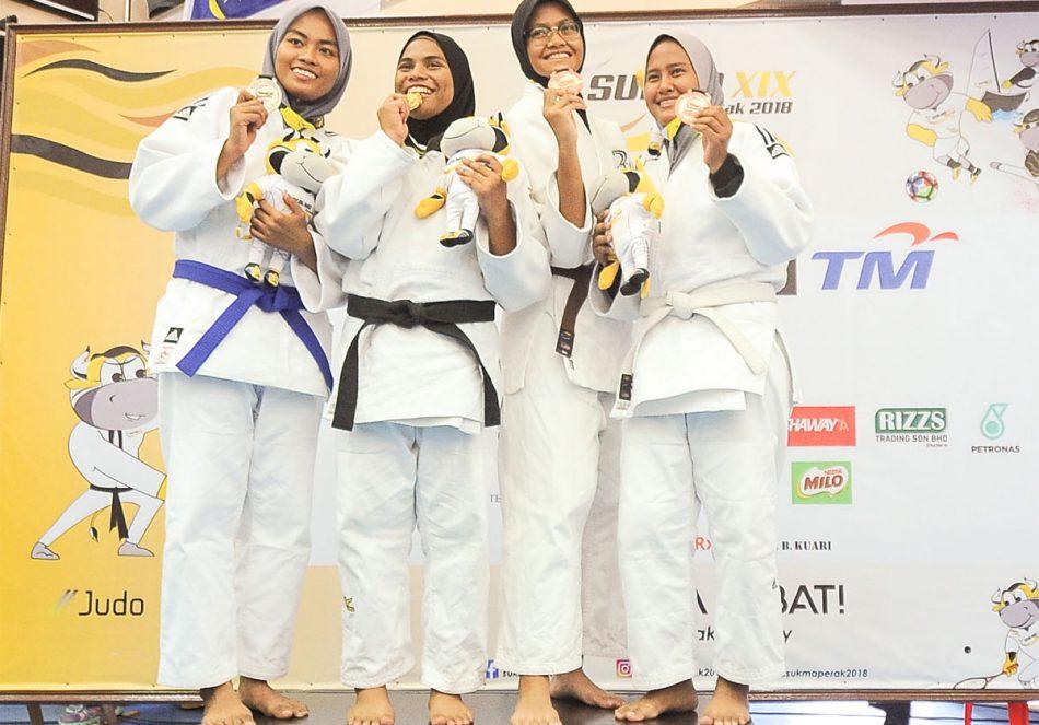 Zuraida binti Ahmad(dua dari kiri) menyumbang pingat gangsa kepada kontijen Terengganu Hanelang setelah berentap dalam kategori wanita bawah 63kg akhir menewaskan judoka Pulau Pinang; Chan Por Hao(kiri) di hari pertama kejohanan judo Sukan Malaysia(SUKMA) Perak 2018 yang telah berlansung di Dewan SMJK Krian, Kerian. Kredit Foto - Sekretariat SUKMA Perak 2018