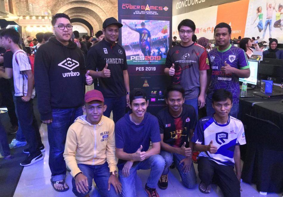 Barisan atlet yang mara ke pusingan kedudukan ke-8 teratas di pentas Pro Evolution Soccer 2019(PES2019) dalam Kejohanan Selangor Cyber Games 2018 yang telah berlansung pada 27 dan 28 Oktober 2018 bertempat di Empire City, Petaling Jaya. Kredit Foto – Facebook.com/esmterengganu