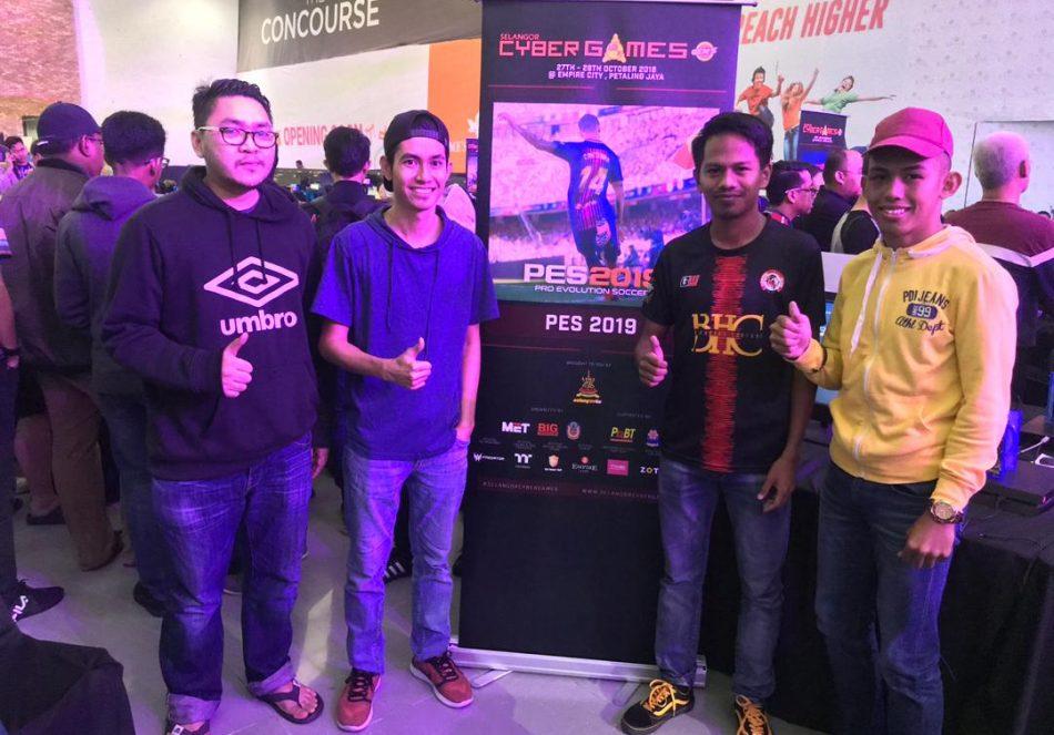 Barisan atlet yang mara ke pusingan separuh akhir di pentas Pro Evolution Soccer 2019(PES2019) dalam Kejohanan Selangor Cyber Games 2018 yang telah berlansung pada 27 dan 28 Oktober 2018 bertempat di Empire City, Petaling Jaya. Kredit Foto – Facebook.com/esmterengganu
